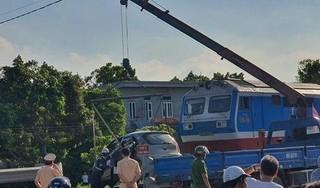Nữ tài xế lái taxi vượt đường sắt bị tàu hỏa hất văng 100m, 3 người thương vong