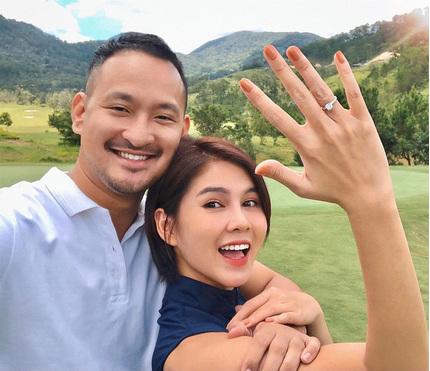 MC Thu Hoài được bạn trai cầu hôn bằng nhẫn kim cương 'khủng'