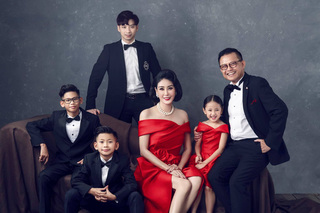 Hoa hậu Hà Kiều Anh tung bộ ảnh kỷ niệm 13 năm cưới, nhan sắc 'công chúa' út gây chú ý