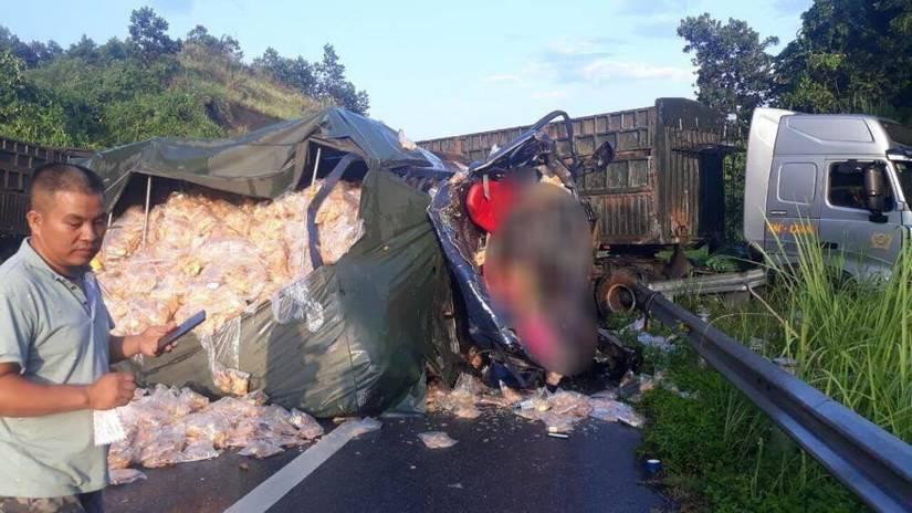 Hiện trường vụ TNGT giữa ô tô đầu kéo container với ô tô tải trên cao tốc Nội Bài - Lào Cai khiến 2 người tử vong