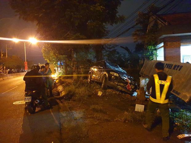 Ô tô 7 chỗ mất lái lao lên vỉa hè lúc rạng sáng, 3 người thương vong