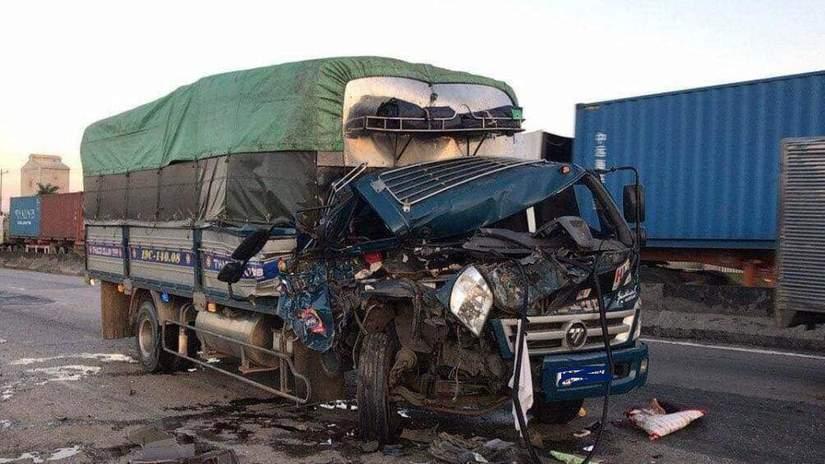 Phụ xe tử vong trong xe tải bẹp rúm sau cú húc vào xe đầu kéo đang dừng đỗ