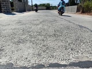 Quảng Bình: Đường 90 tỷ đồng chưa nghiệm thu đã nứt, bong tróc