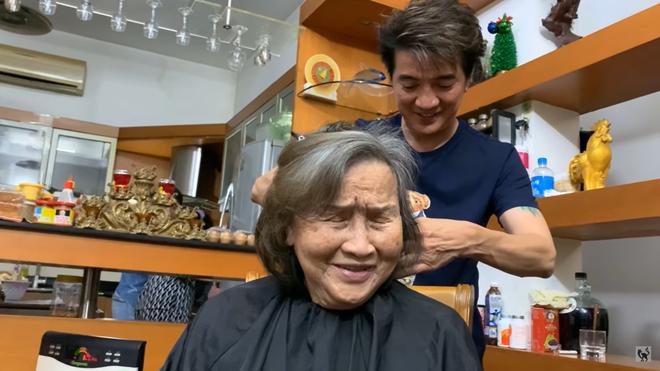 Qua tận nhà cắt tóc cho mẹ Hoài Linh, Đàm Vĩnh Hưng bị đàn anh 'dội gáo nước lạnh'