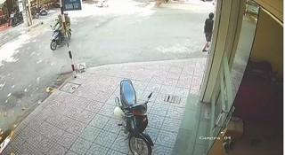 Gặp CSGT, thanh niên đi ngược chiều tự lao vào cột bên đường rồi cuống cuồng bỏ chạy