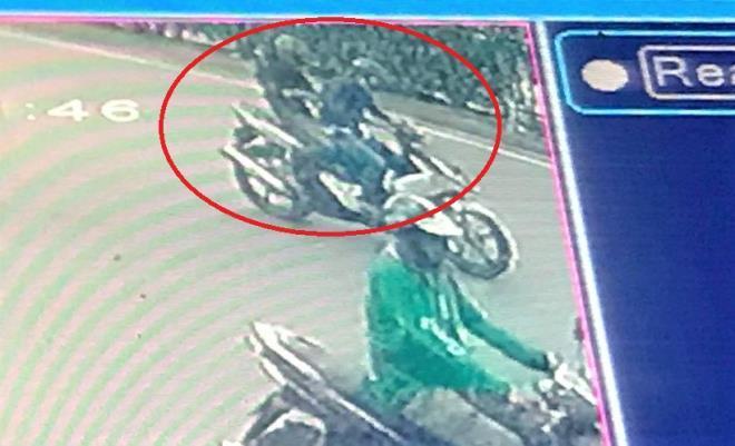 Truy bắt hai tên cướp giật điện thoại của nữ shipper giữa ban ngày