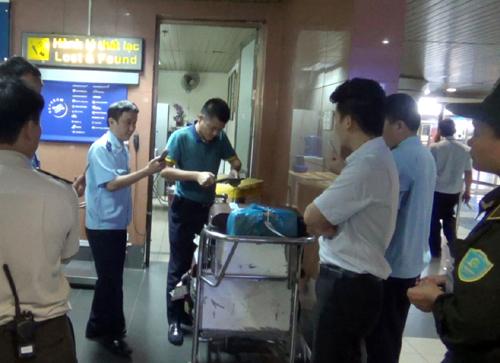2 khách Trung Quốc dùng giấy tờ giả định lên máy bay ở Nội Bài