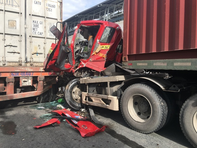 Dùng xà beng giải cứu tài xế mắc kẹt trong cabin xe container
