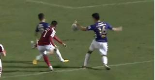 Trọng tài mắc sai lầm, TP.HCM thua tan nát Hà Nội FC