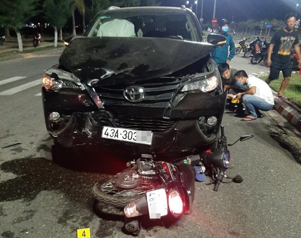 Xe máy chở 3 đâm nát đầu ô tô, 3 người thương vong