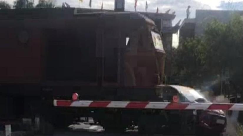 Đâm rào chắn băng qua đường sắt, ô tô con bị tàu hỏa húc văng kinh hoàng