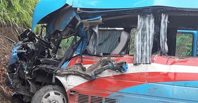 Hiện trường vụ xe đầu kéo đâm xe đoàn từ thiện Hải Phòng.