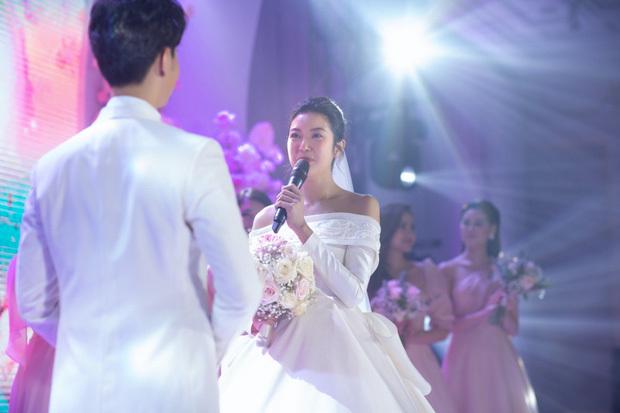 Á hậu Thuý Vân chính thức xác nhận mang thai con đầu lòng ngay trong hôn lễ
