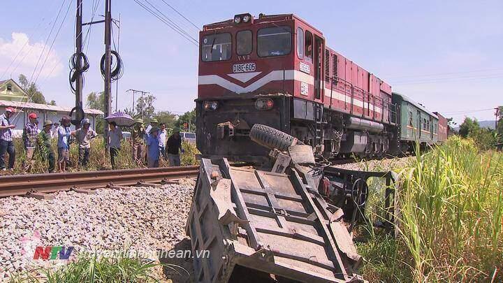 Nghệ An: Xe công nông bị tàu hỏa kéo lê 400m