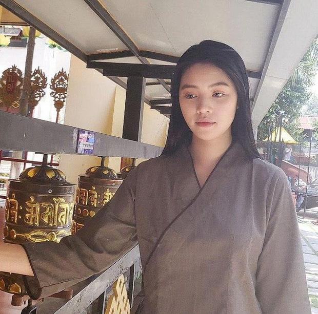 Sau loạt ồn ào liên quan đến đường dây bán dâm, Hoa hậu Jolie Nguyễn chia sẻ hình ảnh tiều tuỵ đi lễ chùa