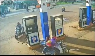 Truy tìm người đàn ông 'nhặt' cọc tiền của nhân viên cây xăng rồi phóng xe đi