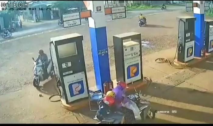 Truy tìm người đàn ông nhặt trộm cọc tiền của nhân viên cây xăng
