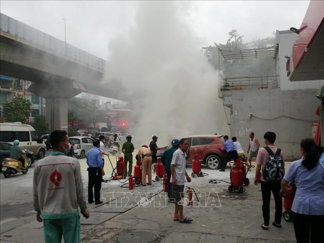 Hà Nội: Thót tim nhìn ô tô phát hỏa, cháy rụi trước cửa cây xăng