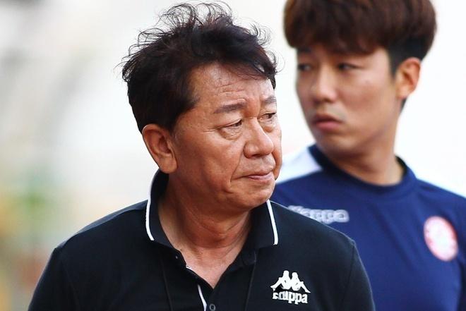 HLV Chung Hae-seong bị học trò 'đá bay ghế