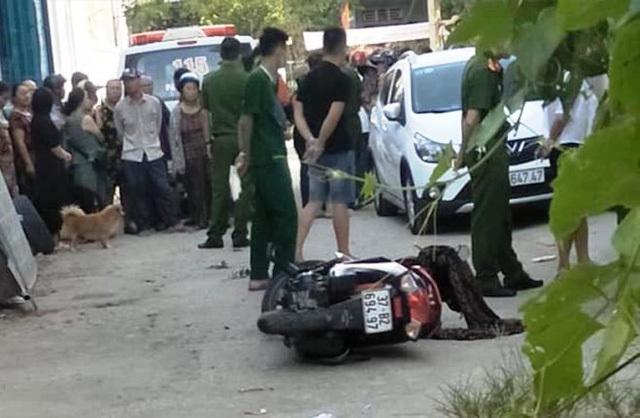 Kinh hoàng đang đi trên đường, một phụ nữ bất ngờ bị đâm tử vong