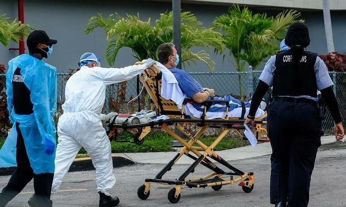Nhân viên y tế vận chuyển người nhiễm nCoV tại Trung tâm y tế North Shore, Miami, bang Florida, ngày 14/7