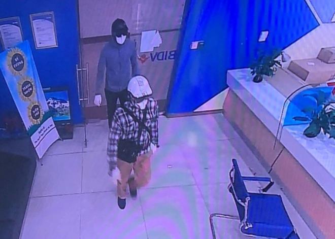 Công bố hình ảnh nhận dạng 2 kẻ nổ súng cướp ngân hàng ở Hà Nội