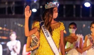 Hoa hậu Thế giới Tây Ban Nha 2020 đeo khẩu trang lúc đăng quang