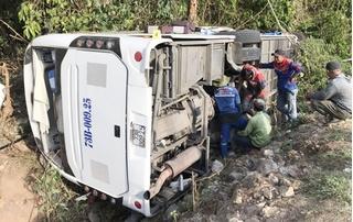 Vì sao có tới 15 người tử vong trong vụ lật xe ở Quảng Bình?