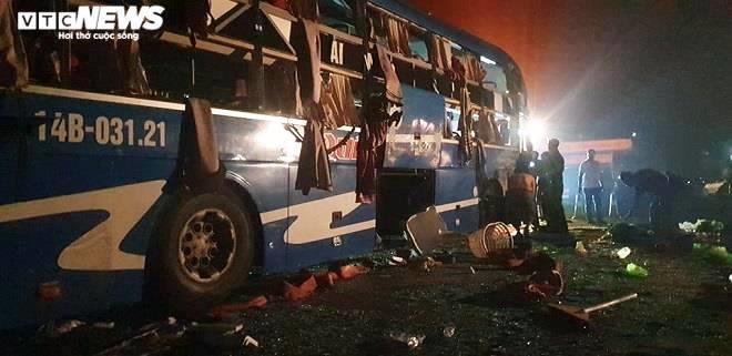 Hiện trường vụ lật xe khách ở Thái Bình, gần 20 người bị thương