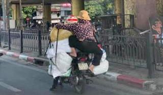 Người phụ nữ đu bám trên xe máy khiến dân tình hoang mang
