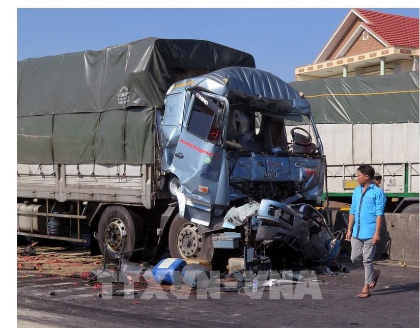 Đâm mạnh vào xe phía trước khi chờ đèn đỏ, tài xế xe tải chết trong cabin