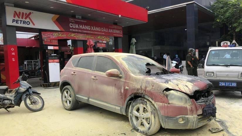 Hiện trường ô tô bất ngờ bốc cháy khi đang lùi vào cây xăng trên đường Nguyễn Trãi