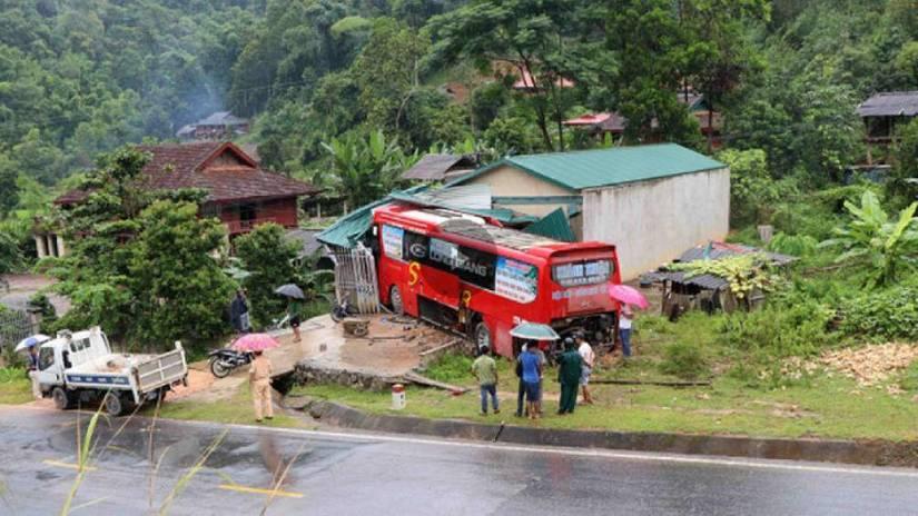 Hiện trường xe khách đâm vào nhà dân