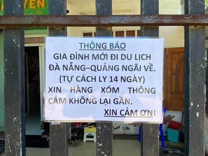 Treo biển Xin hàng xóm thông cảm không lại gần vì từ Đà Nẵng về