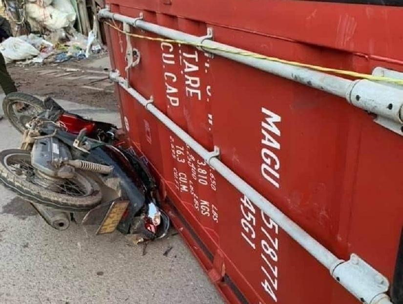 Xe container rơi thùng đè chết một phụ nữ đang đi xe máy