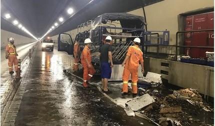 Xe tải cháy rụi trong đèo Hải Vân