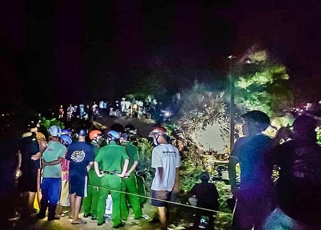 Từ đôi chân người lộ ra, người dân phát hiện thi thể thanh niên 17 tuổi dưới hố đất