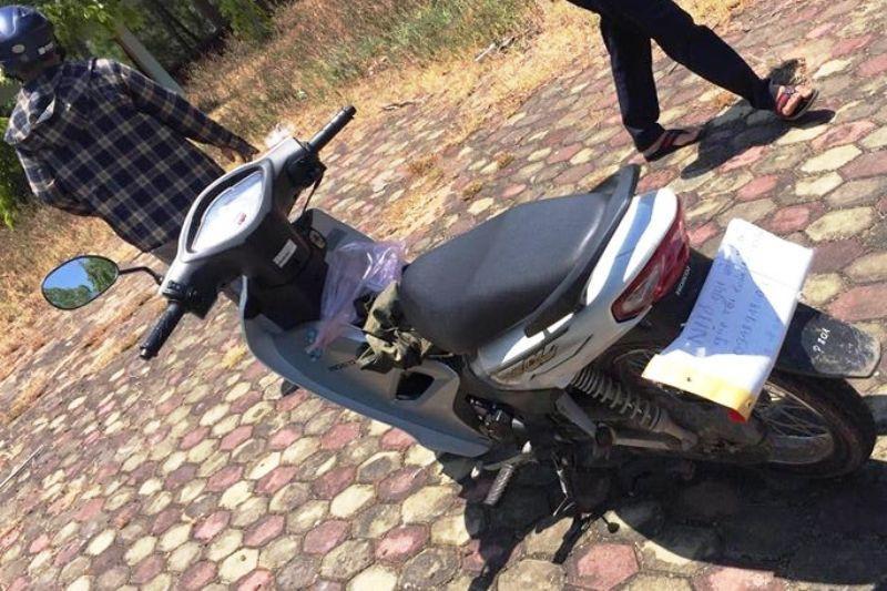 Chiếc xe máy để lại cạnh hiện trường vụ phát hiện Phan Công Cương chết trong tư thế treo cổ
