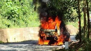 Ô tô con bất ngờ bốc cháy ngùn ngụt trên quốc lộ