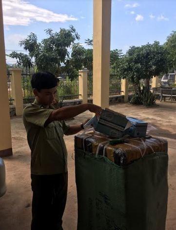 Lực lượng chức năng đang kiểm tra lô hàng khẩu trang