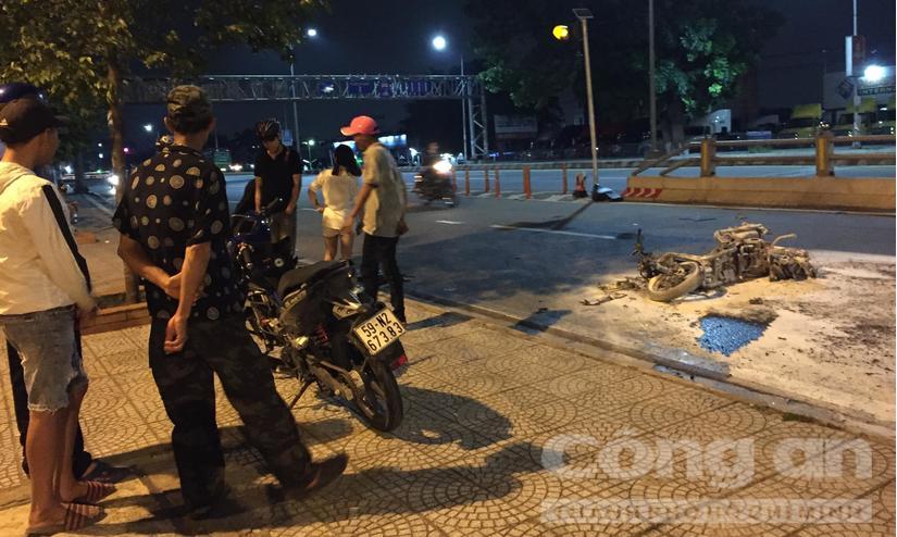 Xe máy bốc cháy dữ dội sau tai nạn, 3 người bị thương nặng
