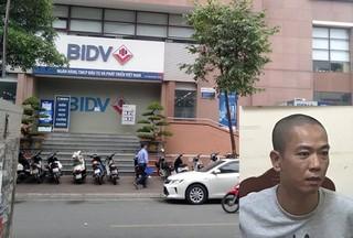 Thấy người truy đuổi, 2 tên cướp ngân hàng BIDV Ngọc Khánh rải tiền để 'cắt đuôi'