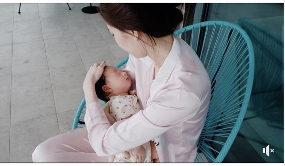 Ông xã Đặng Thu Thảo khoe ảnh vợ nằm ngủ bên con trai, lần đầu hé lộ cận mặt quý tử mới chào đời