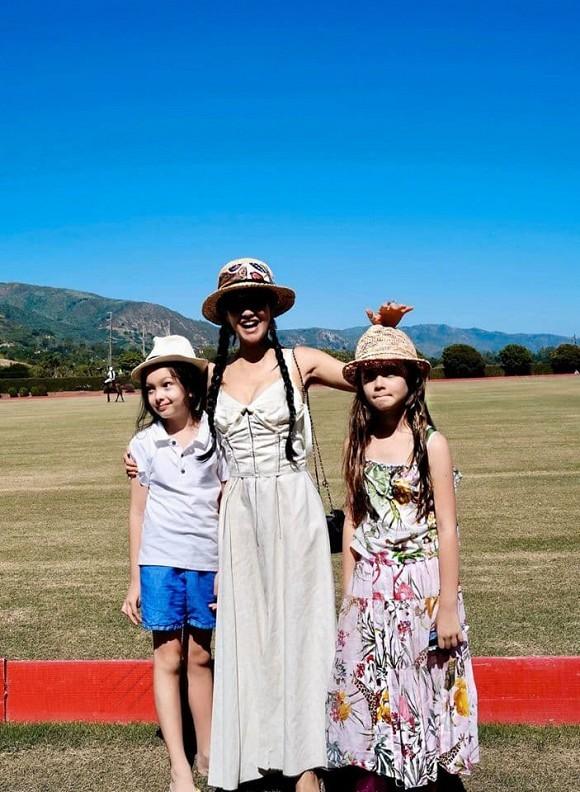 Diva Hồng Nhung cùng 2 con về Việt Nam, cách ly tại Quảng Ninh