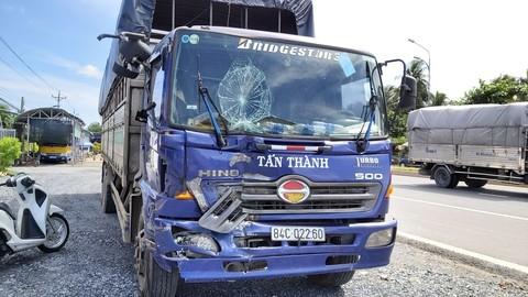 Xe tải tông liên hoàn 3 ôtô khi đổ dốc cầu Rạch Miễu