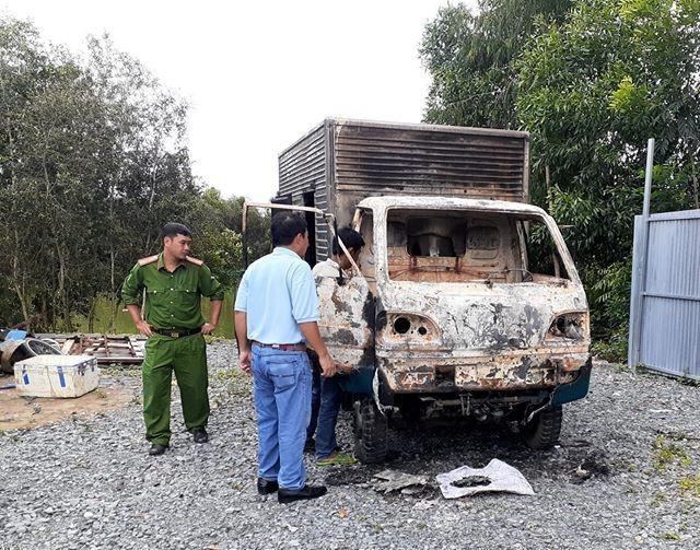 Ô tô tải nằm ở xưởng sửa chữa cả tháng bỗng bốc cháy trơ khung