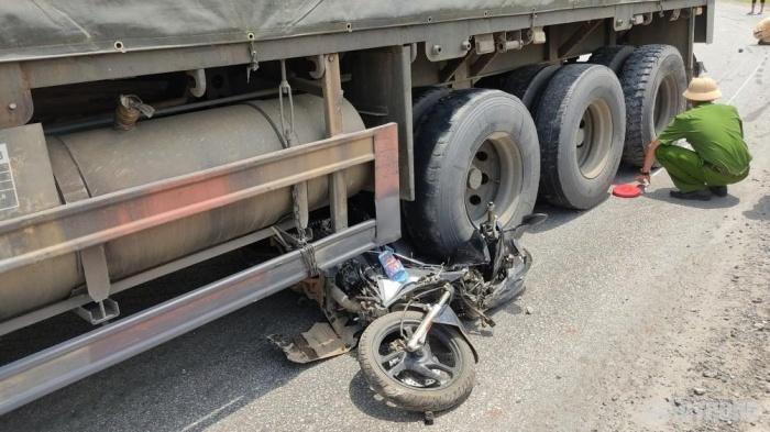 Chiếc xe máy nằm gọn dưới gầm xe đầu kéo
