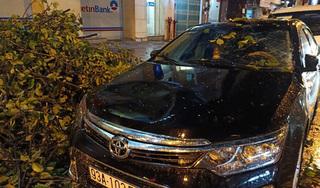 TP.HCM mưa lớn, cây cổ thụ đổ đè bẹp xe ô tô và làm nhiều người bị thương