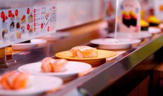Liếm sushi băng chuyền ở Nhật Bản, cô gái Việt bị 'ném đá' dữ dội