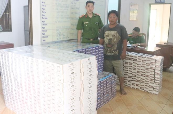 Nguyễn Văn Yên cùng tang vật tại cơ quan Công an